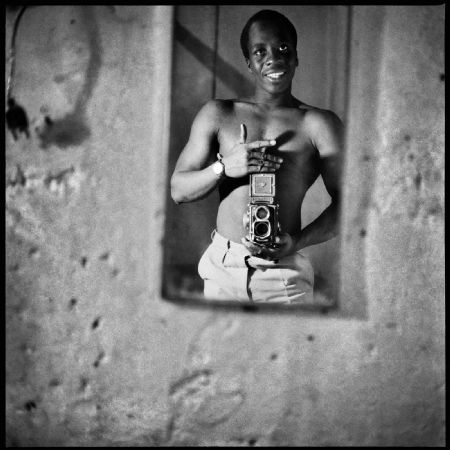 photo autoportrait-au-miroir-1966.jpg Sanlé Sory - photographies