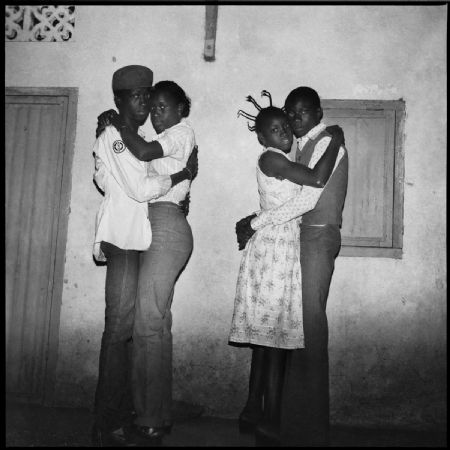photo sanlesory_deux-couples-dansant-le-blues-1979.jpeg Sanlé Sory - photographies