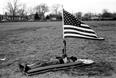 photo 020_020-Boy-on-ground-with-flag-Selma.jpg Steve Schapiro - Photographies