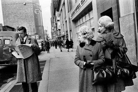 photo 035_035-Yves-Montand-on-Fifth-Avenue.jpg Steve Schapiro - Photographies
