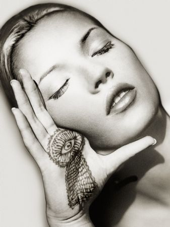 photo -kate-moss_hand_solarized-final.jpg Albert Watson - Photographies