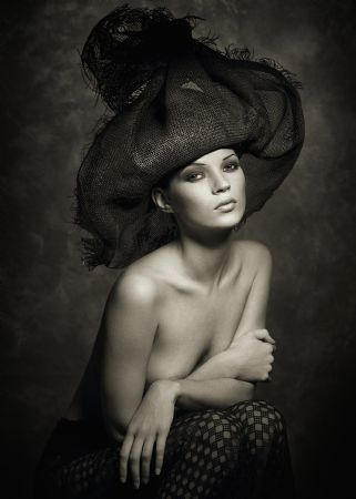 photo watson-kate_moss_hat_marrakesh_1993.jpg Albert Watson - Photographies