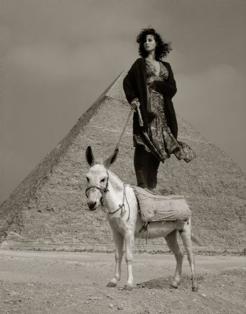 photo watson_christyturlington_donkey-pyramid_germanvogue_egypt_1987.jpg Albert Watson - Photographies