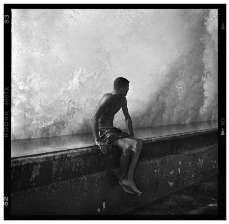photo seated-boy-on-malecon-wall-havana-cuba-2012.jpg Mark Seliger - Tirages et Exposition